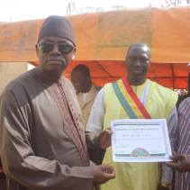 Mayor Yeah Samake with Minister of Decentralization, Malick Alhousseini, presenting a certificate to the PACT representative
