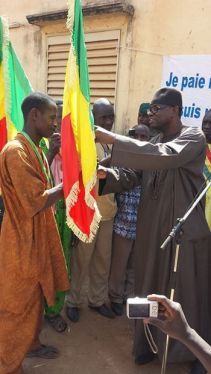 A special flag was given to the representatives of the villages of Sougoula et Kodialan for having paid all their taxes in full